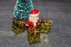 Décoration de table de Noël avec petites Santa Photographie stock libre de droits