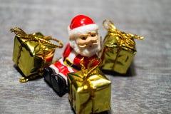 Décoration de table de Noël avec petites Santa Photo stock