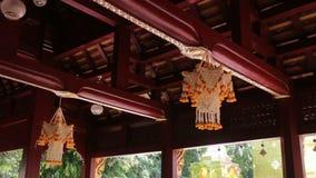 Décoration de temple avec le groupe de fleur dans la guirlande traditionnelle thaïlandaise banque de vidéos