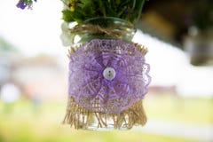 Décoration de tissu de dentelle pour un bouquet des fleurs Au centre du bouton de décoration Plan rapproché fait main Images stock