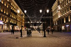 Décoration de vacances d'hiver sur la rue de nuit à St Petersburg, Russie image stock