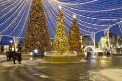 Décoration de vacances de nouvelle année de Noël à Moscou la nuit, Russie images stock