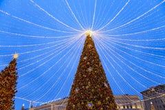 Décoration de vacances de nouvelle année de Noël à Moscou la nuit, Russie photo libre de droits