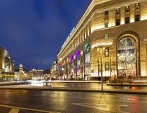 Décoration de vacances de nouvelle année de Noël à Moscou la nuit, Russie photographie stock libre de droits