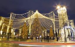Décoration de vacances de nouvelle année de Noël à Moscou la nuit, Russie Place de Lubyanskaya Lubyanka photographie stock