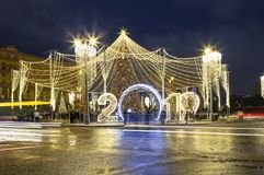 Décoration de vacances de nouvelle année de Noël à Moscou la nuit, Russie Place de Lubyanskaya Lubyanka photo libre de droits