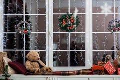 Décoration de vacances sur le rebord de fenêtre couvert de plaid de laine Photographie stock libre de droits