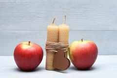 Décoration de Valentine avec des pommes et des bougies Photographie stock libre de droits