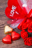Décoration de Valentine, chocolat en forme de coeur, roses, coeur et l Photo stock