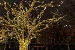Décoration de ville de temps de Noël Lumières et jouets sur la rue de ville pendant la saison des vacances d'hiver Illuminations  images libres de droits