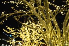 Décoration de ville de temps de Noël Lumières et jouets sur la rue de ville pendant la saison des vacances d'hiver Illuminations  photographie stock libre de droits