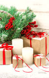 Décoration de vintage de Noël avec les bougies blanches, boîte-cadeau Image stock