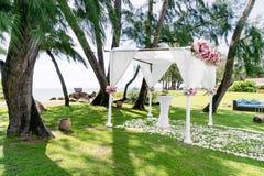 Décoration de voûte de mariage, fleur, florale, lieu de rendez-vous de mariage, pin, vue d'océan Photo stock