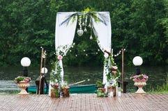 Décoration de voûte de mariage avec des fleurs Pour la cérémonie Images libres de droits