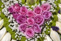 Décoration de voiture de mariage avec des roses Photographie stock libre de droits