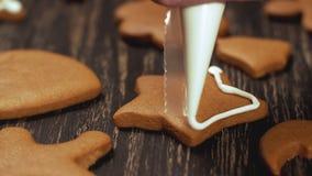 Décoration des biscuits de Noël Fin vers le haut de garnir l'étoile faite maison de pain d'épice banque de vidéos