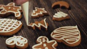 Décoration des biscuits de Noël Fin vers le haut de garnir l'arbre de Noël de pain d'épice banque de vidéos