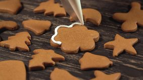 Décoration des biscuits de Noël Fin vers le haut de garnir la fleur faite maison de pain d'épice banque de vidéos
