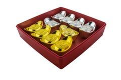 Décoration des lingots chinois d'or dans la boîte rouge d'isolement sur b blanc Image stock