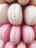 décoration des macarons blancs et roses Photographie stock