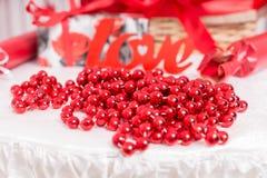 Décoration des perles rouges pour l'amour Photo libre de droits