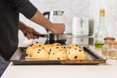 Décoration des petits pains croisés chauds Photographie stock