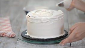 Décoration du gâteau avec de la crème Gâteaux principaux culinaires de conception de classe, gâteau crème pendant des vacances banque de vidéos