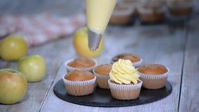 Décoration du petit gâteau avec de la crème Fabrication des petits gâteaux multicolores clips vidéos