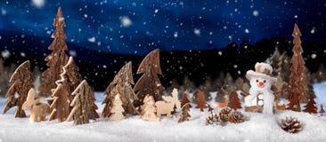 Décoration en bois comme scène mignonne de nuit d'hiver photographie stock libre de droits