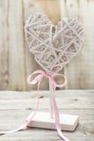 Décoration en bois de coeur sur un fond gris Photographie stock
