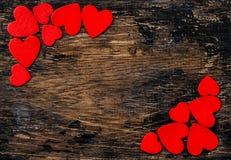 Décoration en bois de jour de valentines de fond de coeurs rouges Image stock