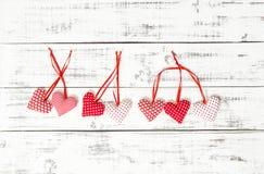 Décoration en bois de jour de valentines de fond de coeurs rouges Photographie stock
