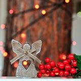 Décoration en bois mignonne d'ange sur l'arbre de Noël sur le fond des lumières rouges sur la rue photos libres de droits
