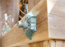 Décoration en bronze sur les faisceaux en bois Photographie stock libre de droits