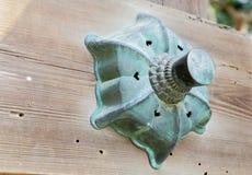 Décoration en bronze sur les faisceaux en bois Photos stock