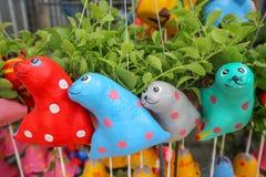 Décoration en céramique animale colorée accrochante de jardin d'argile de poupée de jardin d'agrément Photos stock