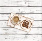 Décoration en forme de coeur de petit déjeuner de jour de valentines de pain de café Photos stock