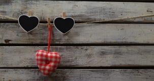 Décoration en forme de coeur goupillée sur une corde 4k banque de vidéos