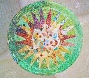 Décoration en parc Guell, mosaïque en verre cassée par fond de tuile, images stock