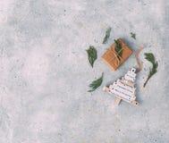 Décoration et boîte-cadeau de Noël au-dessus du fond en pierre photo libre de droits