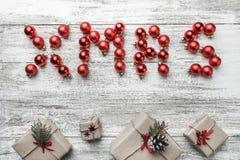 Décoration et boîte-cadeau de Noël sur le fond en bois Photos stock