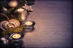 Décoration et bougie de Noël sur le conseil en bois Images stock