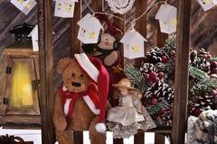 Décoration et jouets créatifs de Noël sur des étagères faites en en bois Images stock