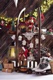 Décoration et jouets créatifs de Noël sur des étagères faites en en bois Image stock