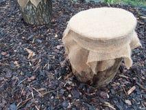 Décoration faite d'une pile en bois et d'un tissu images stock