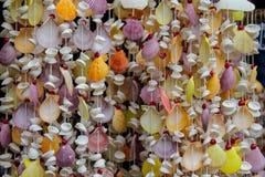 Décoration faite de différentes coquilles de couleur sur thred Photographie stock libre de droits