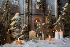Décoration faite main de Noël avec les arbres et le renne en bois images libres de droits