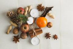 DÉCORATION FAITE MAISON RUSTIQUE AÉRIENNE D'AVÈNEMENT Le Joyeux Noël ornemente le fond photo stock