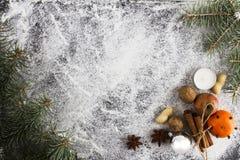 DÉCORATION FAITE MAISON RUSTIQUE AÉRIENNE D'AVÈNEMENT Le Joyeux Noël ornemente le fond images libres de droits