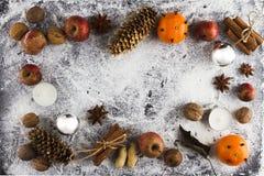 DÉCORATION FAITE MAISON RUSTIQUE AÉRIENNE D'AVÈNEMENT Le Joyeux Noël ornemente le fond photographie stock libre de droits
